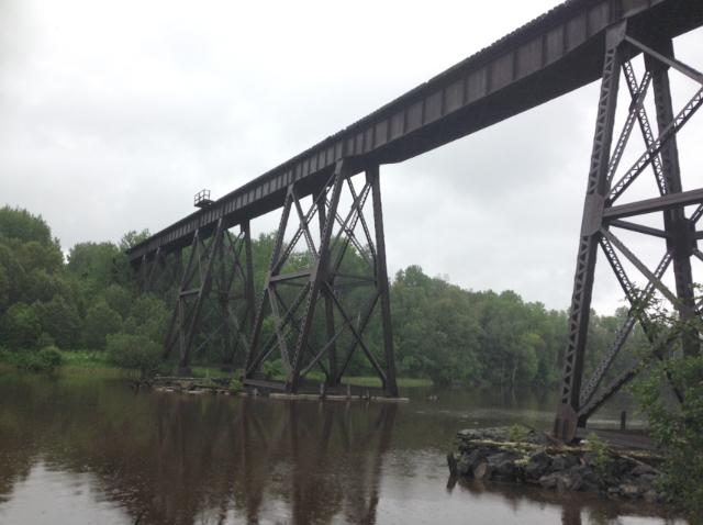Un des ponts de la rivière Abitibi. Les Gagnon-Tremblay ont dû le contourner. Ils en ont profité pour explorer un peu! Photo : Guylaine Tremblay
